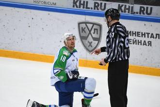 Игрок «Салавата Юлаева» Сами Леписте и линейный судья Александр Чернышев в матче регулярного чемпионата КХЛ.