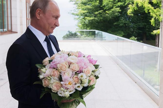 Президент России Владимир Путин перед встречей с Ангелой Меркель в Сочи, 18 мая 2018 года