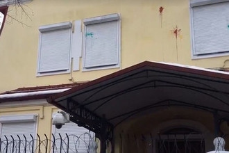 Украинские радикалы забросали яйцами генконсульство России в Харькове (кадр из видео)