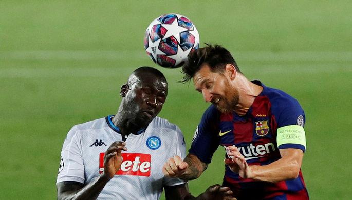 Эпизод матча «Барселона» — «Наполи»: Лионель Месси борется за мяч с Кулибали
