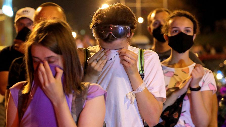 Участники протестных акций в Минске после использования силовиками слезоточивого газа на вторую ночь после выборов президента Белоруссии, 11 августа 2020 года
