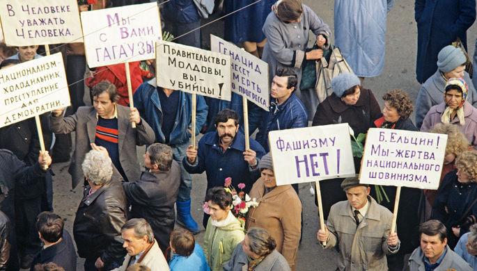 Митинг на похоронах трех жителей города, погибших в результате столкновения с вооруженными подразделениями милиции. Приднестровье.
