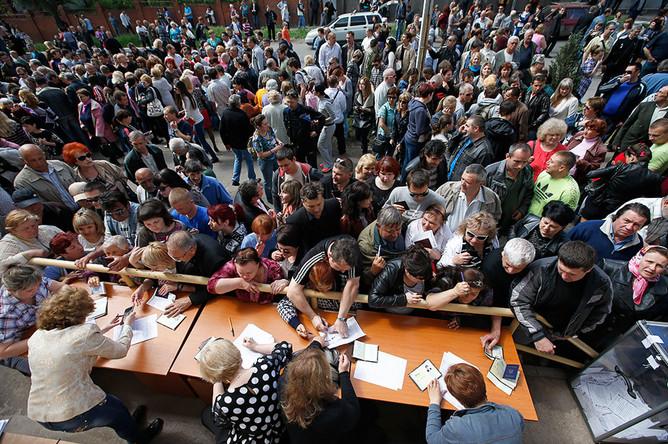 Местные жители во время голосования на референдуме о статусе самопровозглашенной Донецкой народной республики в Мариуполе