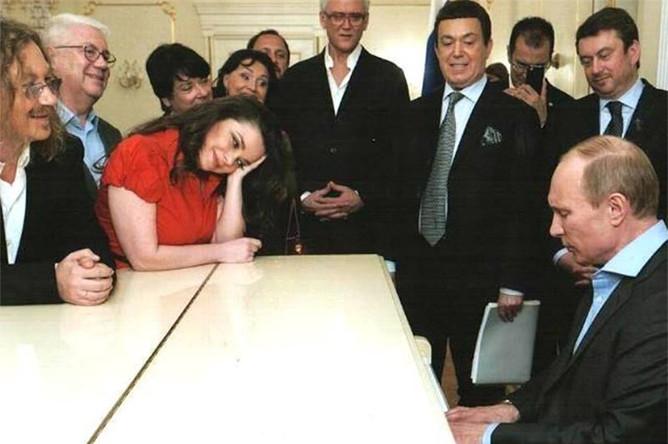 Владимир Путин играет на рояле в окружении звезд российского шоу-бизнеса