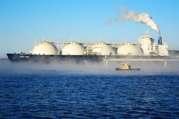 Танкер-газовоз у причала отгрузки завода по производству сжиженного природного газа