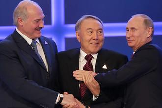Александр Лукашенко, Нурсултан Назарбаев и Владимир Путин после подписания соглашения о создании Евразийского экономического союза