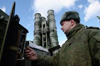 Военнослужащий около ЗРК «Триумф» С-400 в Московской области, 2015 год