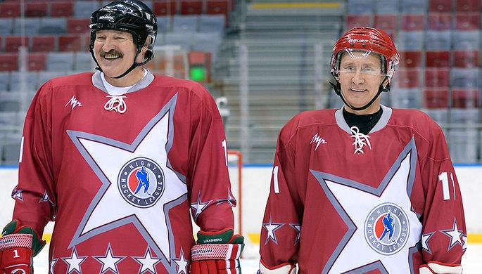 Владимир Путин и президент Белоруссии Александр Лукашенко на товарищеском хоккейном матче между командами «Звезды НХЛ 1» и «Звезды НХЛ 2» в Ледовом дворце «Большой» в Сочи, 2014 год