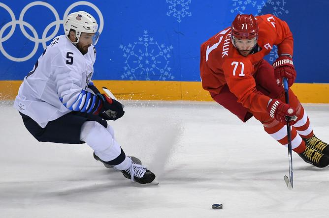 Ноа Велш (США) и Илья Ковальчук (Россия) в матче Россия- США по хоккею среди мужчин группового этапа на XXIII зимних Олимпийских играх