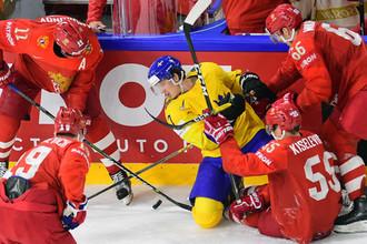 Форвард сборной Швеции Рикард Ракелль и хоккеисты сборной России.