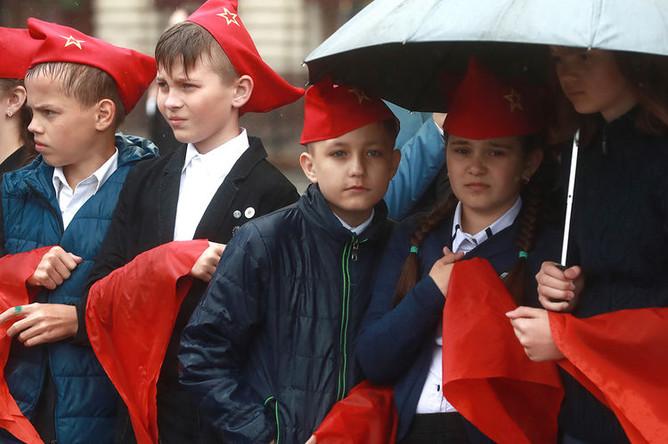 Школьники во время торжественного приема в пионеры на Красной площади, 20 мая 2018 года