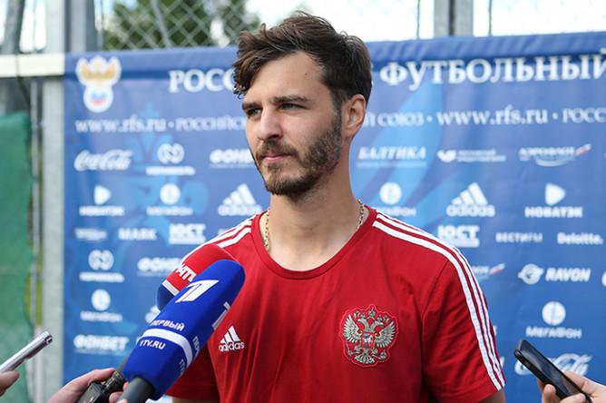 Александр Ерохин во время общения с прессой после тренировки сборной