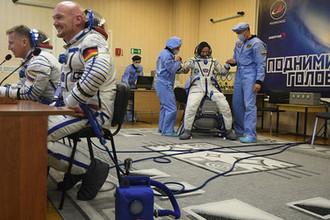 Члены основного экипажа МКС-56/57 (слева направо): астронавт NASA Серина Ауньён Чэнселлор (США), космонавт «Роскосмоса» Сергей Прокопьев (Россия) и астронавт ЕКА Александр Герст (Германия) во время продувки скафандров перед отъездом на стартовую площадку космодрома Байконур, 6 июня 2018 года
