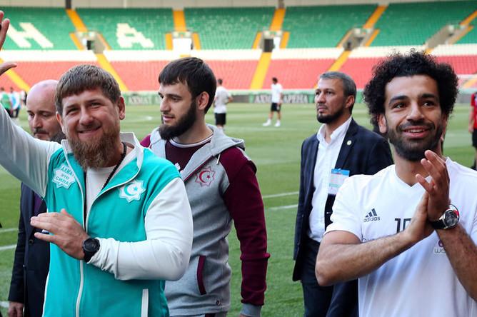Нападающий сборной Египта Мохамед Салах посетил футбольное поле в Грозном с главой Чечни Рамзаном Кадыровым