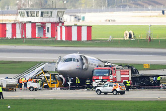 Самолет Sukhoi Superjet 100 авиакомпании «Аэрофлот» на следующий день после катастрофы в аэропорту Шереметьево, 6 мая 2019 года