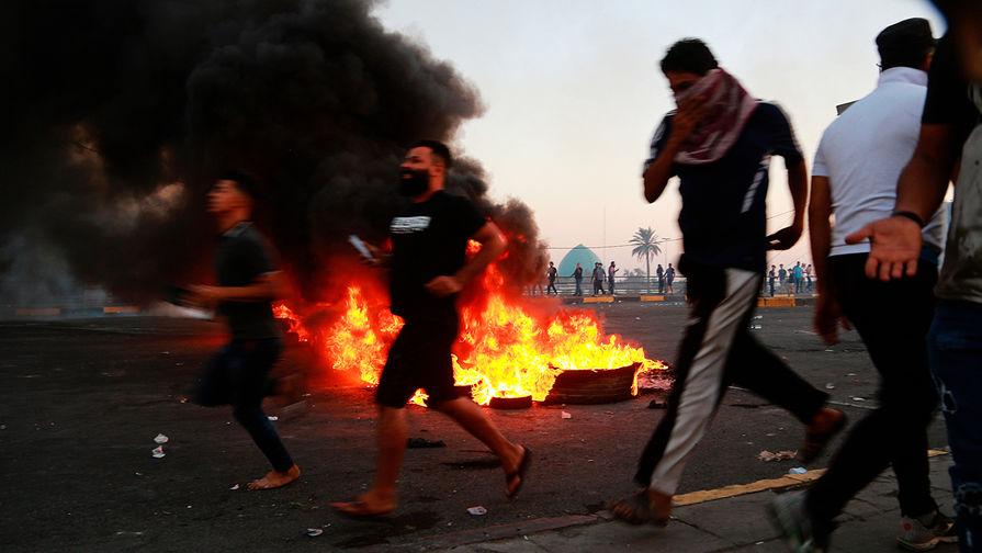 Участники антиправительственной акции протеста на улице Багдада, 5 октября 2019 года