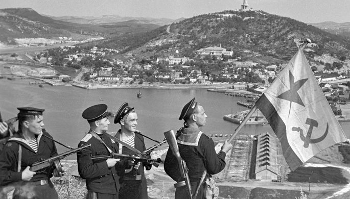 Моряки-десантники Тихоокеанского флота во время водружения флага над Порт-Артуром, 14 октября 1945 года
