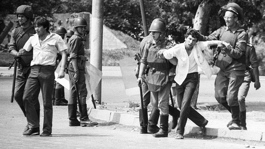 Солдаты задерживают молодчиков на улицах Коканда, 1989 год