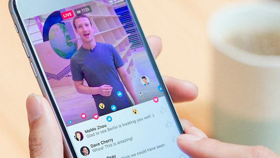 Марк Цукерберг во время прямой трансляции через Facebook