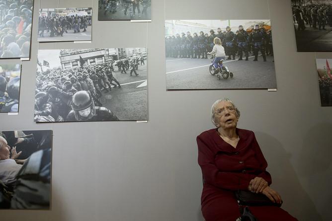 Глава Московской Хельсинкской группы Людмила Алексеева во время открытия фотовыставки, посвященной событиям 6 мая 2012 года на Болотной площади Москвы, 2013 год