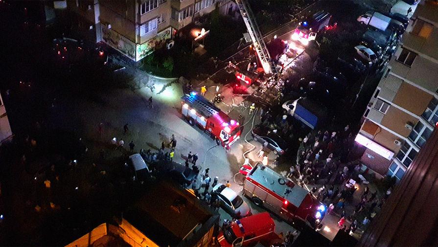 Пожарная техника на месте возгорания в многоквартирном жилом доме в Краснодаре, 13 сентября 2020 года