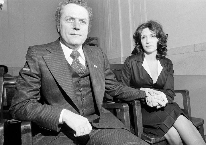 Ларри Флинт и его супруга Алтея перед началом судебного заседания в Огайо о распространении порнографии, 1977 год