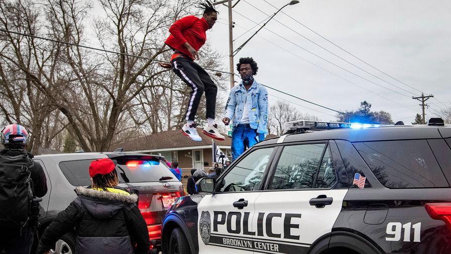 В Миннесоте идут протесты после того, как полицейский застрелил афроамериканца
