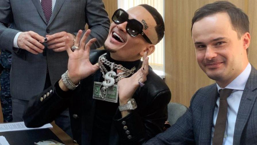 Моргенштерн (Алишер Валеев) с одним из своих адвокатов Александром Никитиным в Зюзинском суде, 3 июня 2021 года