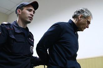 Бывший губернатор Сахалина Александр Хорошавин перед заседанием по вопросу о продлении срока ареста в Басманном суде, август 2015 года