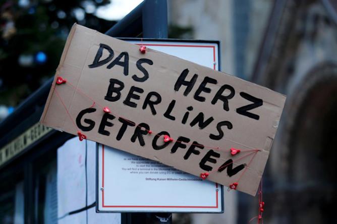 Плакат с надписью: «Удар в сердце Берлина» на улице города, 20 декабря 2016 года