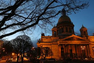 Вид на Исаакиевский собор в Санкт-Петербурге, 15 марта 2017 года