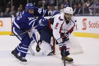 Капитан «Вашингтона» Александр Овечкин (на переднем плане) атакует ворота «Торонто»