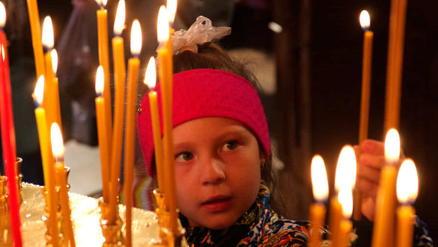 Девочка на пасхальном богослужении в Петропавловском кафедральном соборе в Симферополе