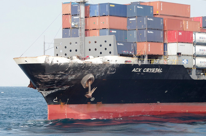 Контейнеровоз под флагом Филиппин после столкновения с эсминцем США Fitzgerald