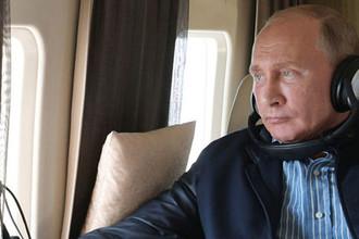 Президент России Владимир Путин в салоне вертолета, 9 октября 2018 года