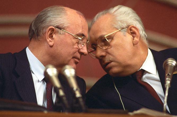 Президент СССР Михаил Сергеевич Горбачев и председатель Верховного Совета СССР Анатолий Лукьянов, 1990 год