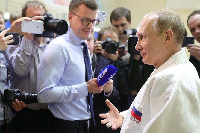 Президент России Владимир Путин демонстрирует журналистами травмированный палец после тренировки на татами в спортивно-тренировочном комплексе «Юг-Спорт» в Сочи, 14 февраля 2019 года
