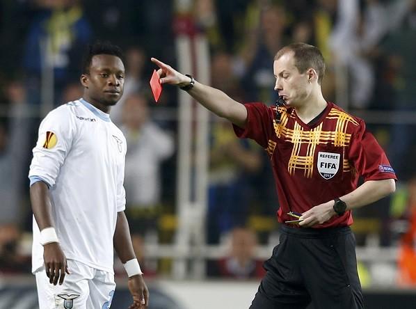 Полузащитник «Лацио» Онази в начале второго тайма получил красную карточку