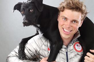 Гас Кенуорти с одним из своих псов