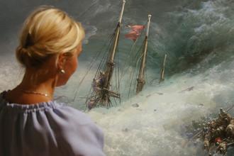 Посетительница у картины «Волна» (1889 г.) на выставке «Иван Айвазовский. К 200-летию со дня рождения» в Третьяковской галерее на Крымском Валу