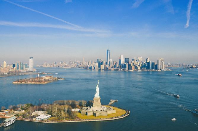 Статуя Свободы — главный символ США и Нью-Йорка. Скульптура является подарком Франции к Всемирной выставке 1876 года и столетию американской независимости. На фото — вид на cтатую Свободы и небоскребы Нью-Йорка
