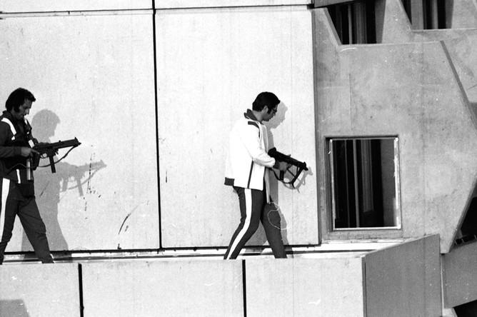 Полицейские ФРГ в спортивной одежде во время захвата заложников в одном из зданий олимпийской деревни в Мюнхене, 5 сентября 1972 года