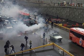 Плеснули бензин: протесты в Иране тушат отключением интернета