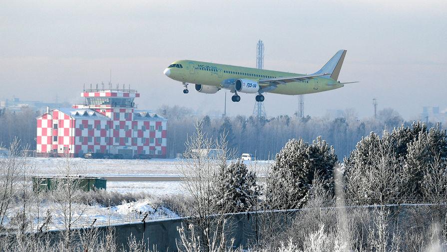 Самолет МС-21-310 с двигателями ПД-14 во время первого полета над аэродромом Иркутского авиационного завода, 15 декабря 2020 года