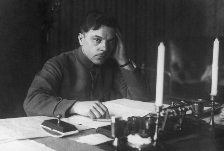 Народный комиссар внутренних дел Украинской НСР Климент Ворошилов в своем кабинете, 1918 год