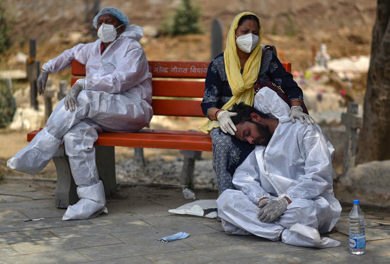 Родственники покойного во время кремации в Дели