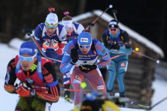Уле-Эйнар Бьорндален (слева на среднем плане) и Антон Шипулин сражаются на дистанции масс-старта
