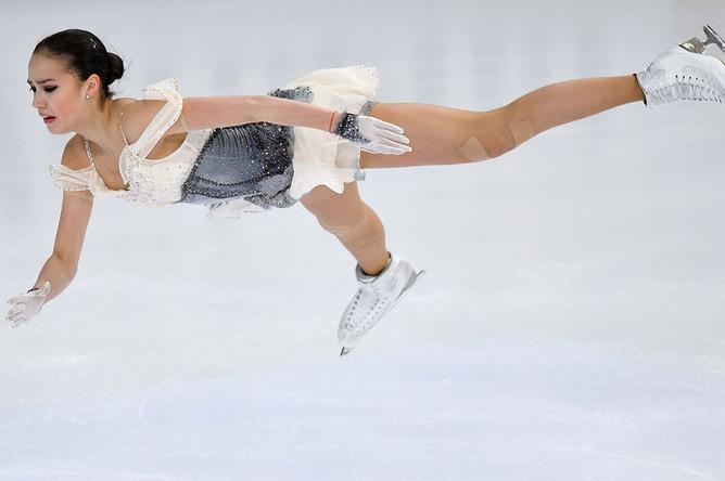 Алина Загитова выступает в короткой программе женского одиночного катания на чемпионате России по фигурному катанию в Саранске