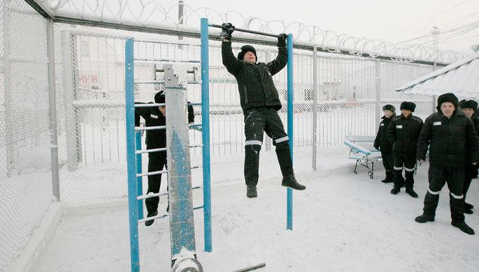 Снегоуборщик протаранил вагоны для заключенных в Казани