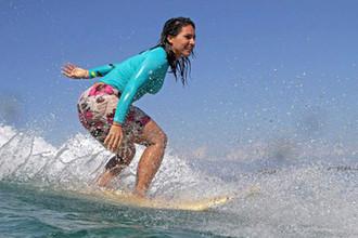 Член конгресса от штата Гавайи Тулси Габбард во время занятий серфингом